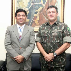 """""""Quem é militar leva essa missão pra toda a vida"""", diz Wellington ao prestar homenagem ao Comandante do Exército em São luís"""