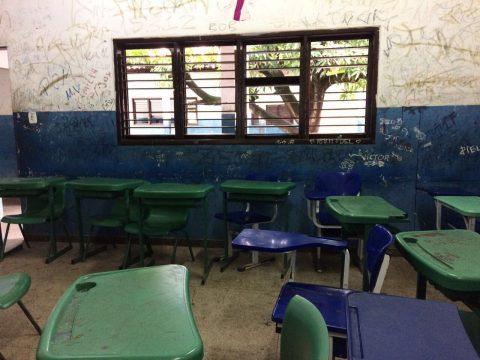 """""""Escolas destruídas, paredes pinchadas e janelas quebradas"""", denuncia deputado Wellington sobre educação em São Luís"""