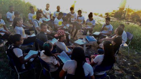 """""""Em escola digna de Flávio Dino, alunos assistem às aulas ao relento"""", denuncia deputado Wellington sobre Escola Robson Martins no Maiobão"""