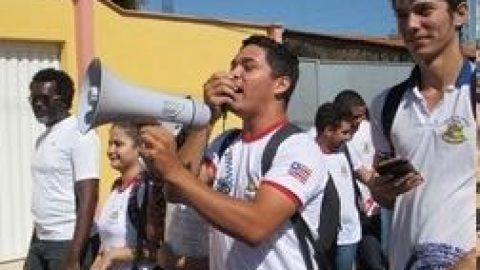 """""""Flávio Dino inaugura escola que não foi concluída e professores e alunos protestam contra mentiras do Governador"""", denuncia deputado Wellington"""