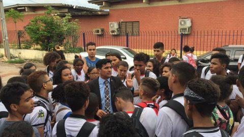 De Olho nas Escolas: deputado Wellington se reúne com alunos da Rede Pública Estadual que realizaram manifestação e interditaram Av. Jerônimo de Albuquerque