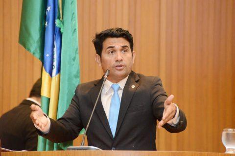 """Após eleição, Flávio Dino tenta dar outro calote nos professores"""", diz deputado Wellington sobre descompressão salarial"""