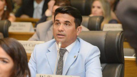"""""""O trabalho vai continuar em defesa do povo"""", diz Wellington ao tomar posse para segundo mandato de deputado estadual"""