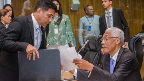 Deputado Wellington aciona Ministério Público para obrigar Prefeito de Paço do Lumiar a cumprir legislação em defesa dos professores
