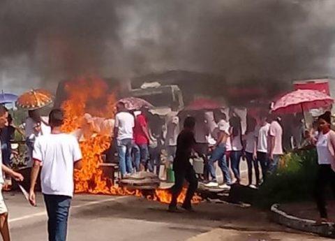 """""""Alunos fazem manifestação para ter uma escola digna em que o Governo disse ter investido mais de R$ 50 mil"""", denuncia deputado Wellington sobre interdição da BR em Maranhãozinho"""