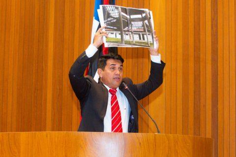 """Pela 5ª vez, deputado Wellington cobra explicações sobre propaganda mentirosa de Flávio Dino de uma escola """"digna de pena"""" em Barreirinhas"""